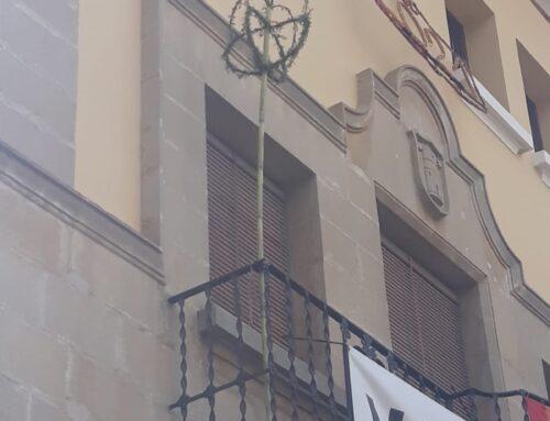 Sant Francisco 2021: bordó al balcó de l'Ajuntament i il·luminació amb veles a l'església.